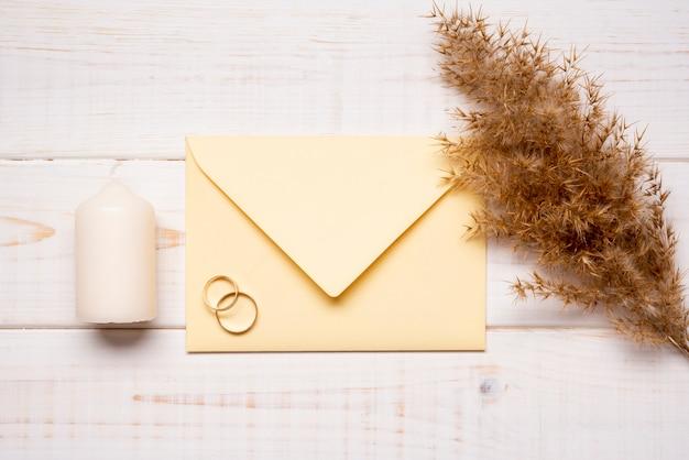 Briefpapier trouwringen op tafel Gratis Foto