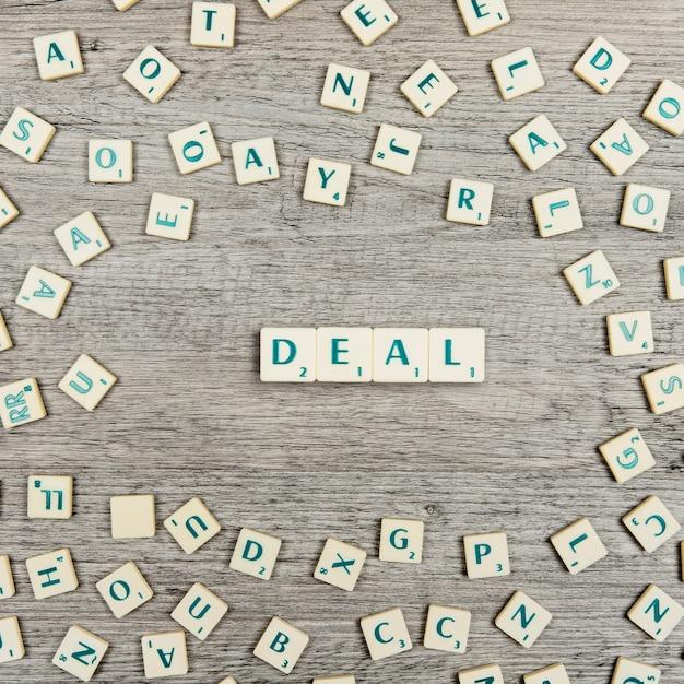 Brieven die het woord deal vormen Gratis Foto