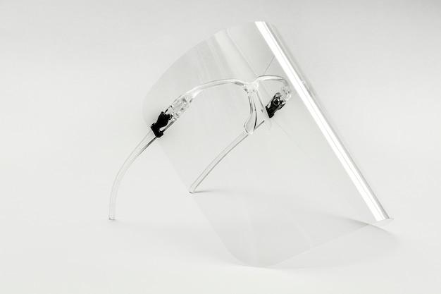 Brillen met afneembaar gelaatsscherm op een witte achtergrond Gratis Foto