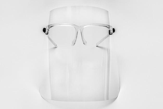 Brillen met afneembaar gelaatsscherm op grijs Gratis Foto