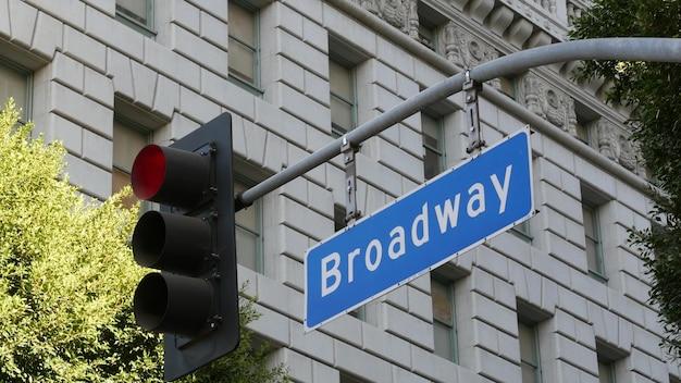 Broadway straatnaam, odonym verkeersbord en verkeerslicht in de vs. centrum van de stad. Premium Foto