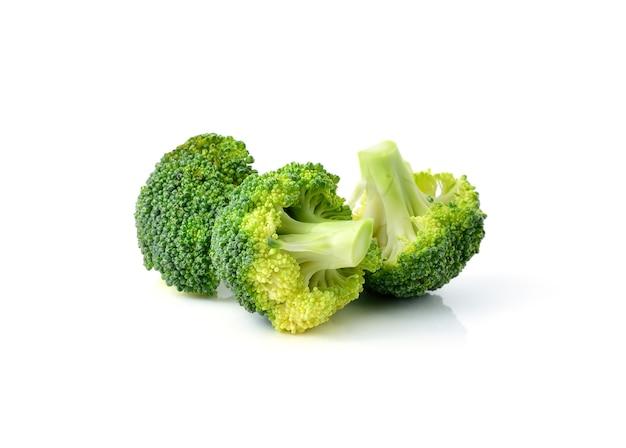 Broccoli die op witte achtergrond worden geïsoleerd Premium Foto