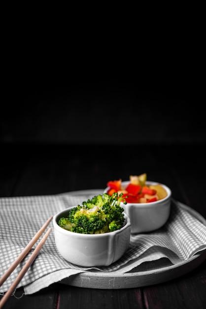 Broccoli in kop met stokjes en paprika Gratis Foto