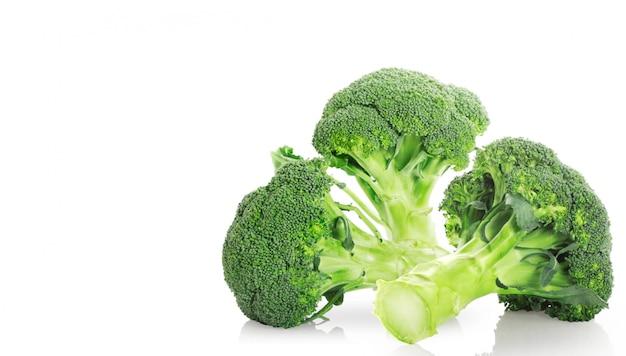 Broccoli op een witte oppervlakteachtergrond Premium Foto