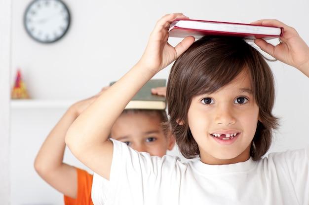 Broers lezen boek Premium Foto