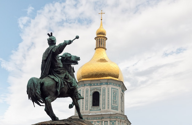 Bronzen monument voor bogdan khmelnitsky in kiev Premium Foto