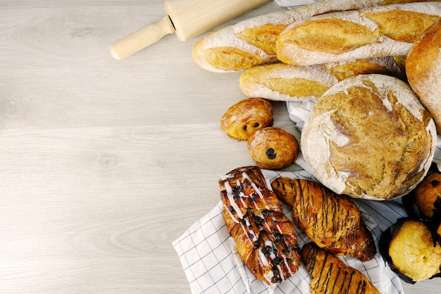 Brood, croissant, muffin chocolade bakery party ontbijt thuis. Premium Foto