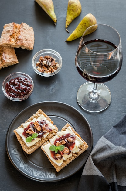 Brood met camembert kaas en jam Premium Foto