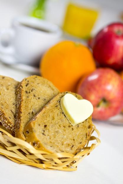 Brood met een hart van boter, gebakken eieren met spek. Premium Foto