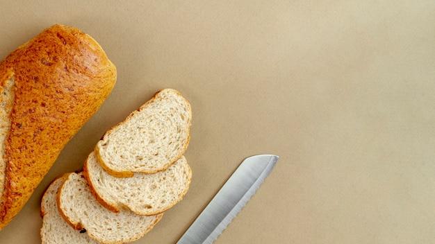 Brood met mes bovenaanzicht Gratis Foto