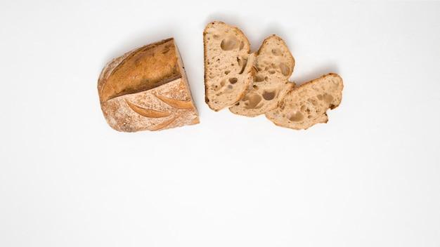 Brood met plakjes op witte achtergrond Gratis Foto