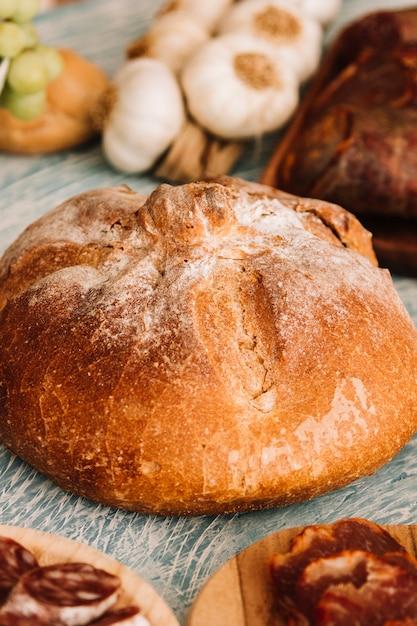 Brood te midden van diverse gerechten Gratis Foto