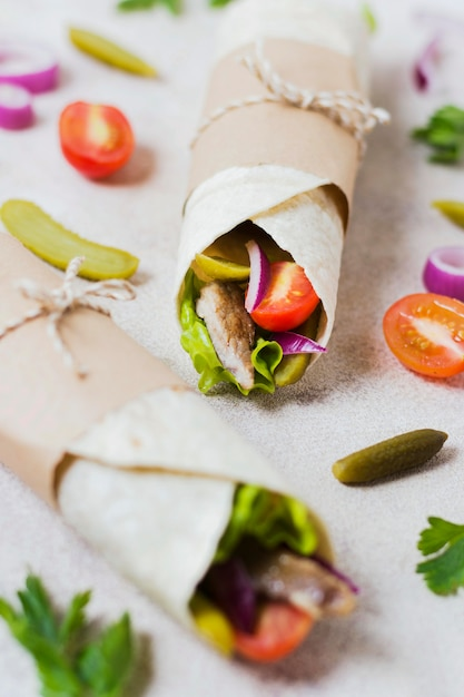 Broodje arabische kebab gewikkeld in dunne pitabroodjes Gratis Foto