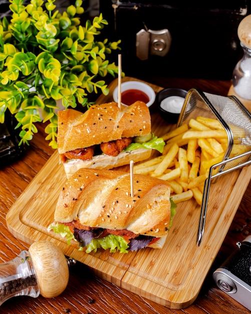 Broodje kipnuggets geserveerd met frietjes Gratis Foto