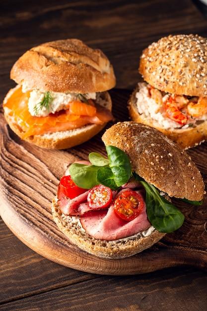Broodje met rundvlees, verse tomaten en veldsla, meergranenbroodje Premium Foto
