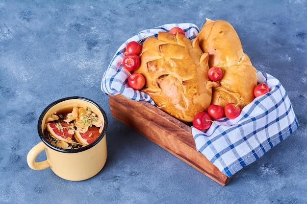 Broodjes met drankje op een houten bord op blauw Gratis Foto