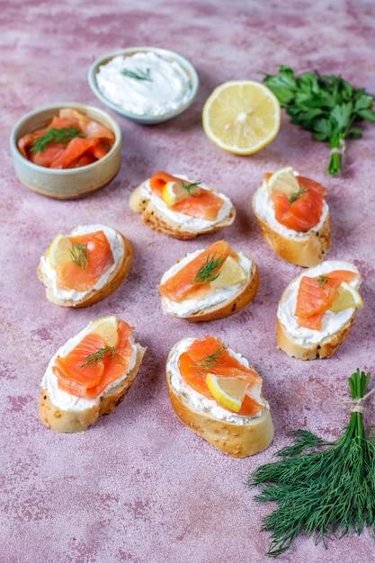 Broodjes met gerookte zalm en roomkaas en dille. Gratis Foto