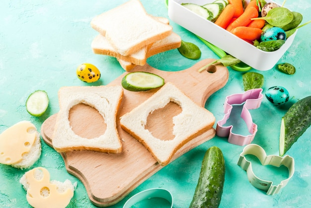 Broodjes met kaas en verse groenten op lichtblauwe tafel Premium Foto