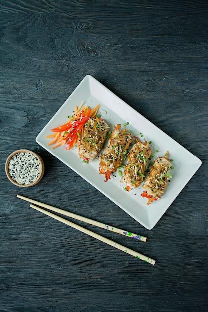 Broodjes met verse kipfilet met groenten op een donkere snijplank Premium Foto