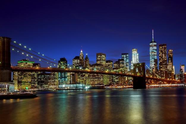 Brooklyn bridge en manhattan skyline night, new york city Premium Foto