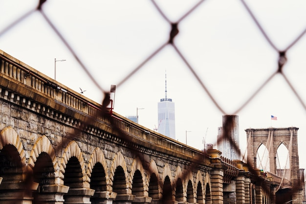 Brooklyn bridge en wolkenkrabbers op skyline Gratis Foto
