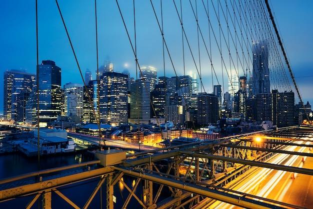 Brooklyn bridge 's nachts met autoverkeer Gratis Foto