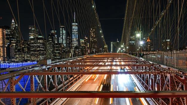Brooklyn bridge 's nachts verkeer Premium Foto