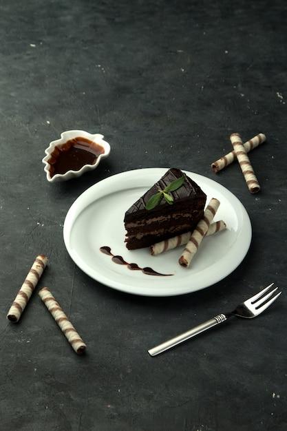 Brownie in het bord op de tafel Gratis Foto