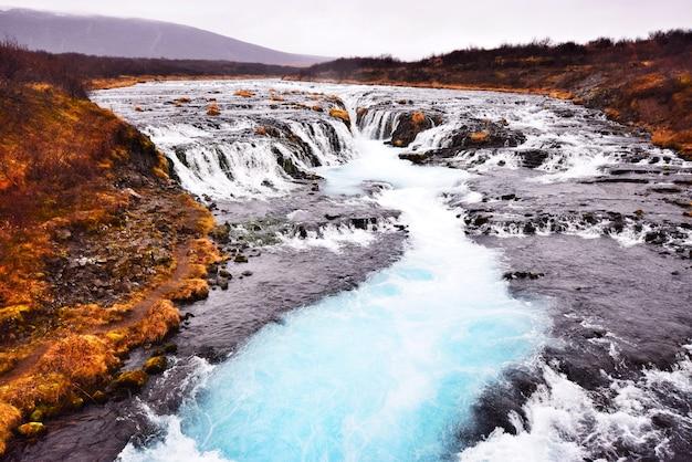 Bruarfoss, de blauwe waterval, een van de beroemde attracties in ijsland Premium Foto