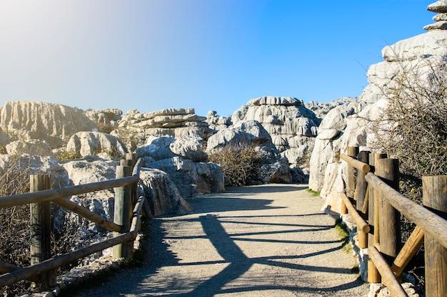 Brug bij de ingang van het park el torcal national park, torcal de antequera, provincie malaga, andalusië, spanje. Premium Foto