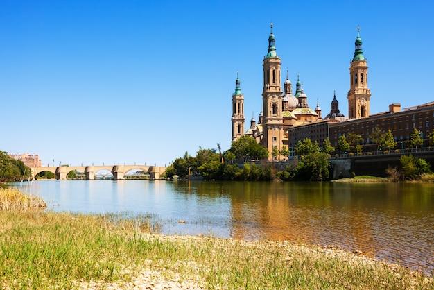 Brug en kathedraal van de rivier de ebro. zaragoza Gratis Foto