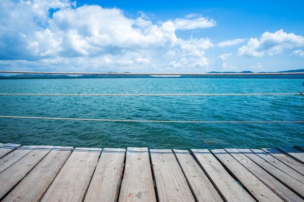 Brug houten het lopen manier in het overzees bij het strand blauwe hemel van hoedenchao Premium Foto