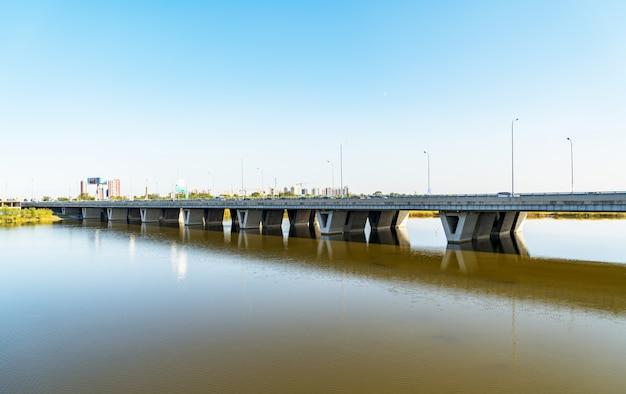 Bruggen op het kanaal in peking, china Premium Foto