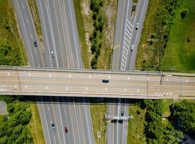 Bruggen, wegen boven luchtfoto van snelweg van stedelijke verhoogde kruispunt en uitwisseling viaduct in stad met verkeer cleveland ohio usa Premium Foto