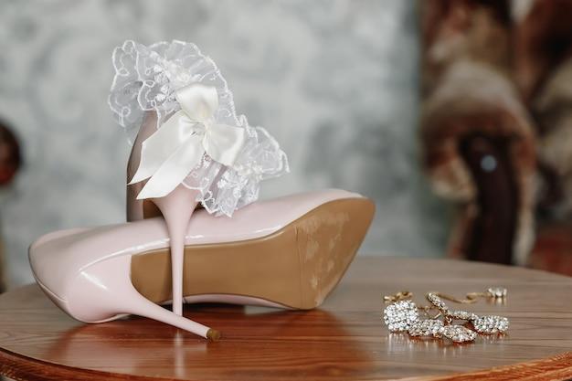 Bruid biege schoenen op hiel op een tapijt. Premium Foto
