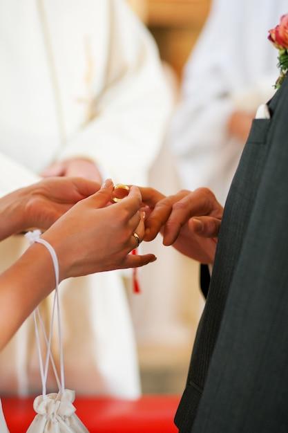 Bruid die ring geeft aan bruidegom in huwelijk Premium Foto