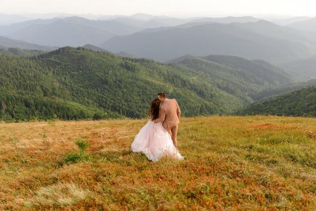Bruid en bruidegom. bruiloft fotosessie in het berglandschap. Premium Foto