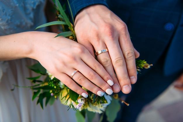Bruid en bruidegom hand in hand Premium Foto