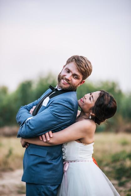 Bruid en bruidegom hebben romantiek en gelukkig samen Gratis Foto
