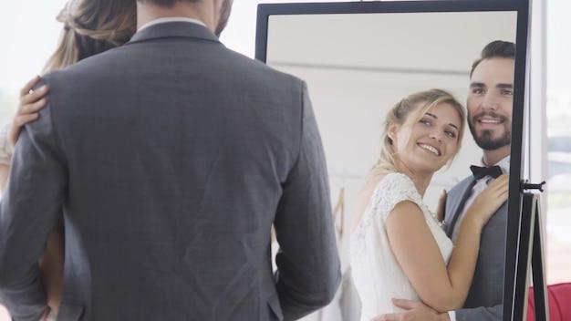 Bruid en bruidegom in trouwjurk bereiden ceremonie voor. Premium Foto