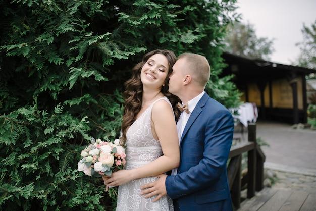Bruid en bruidegom op de trouwdag Premium Foto