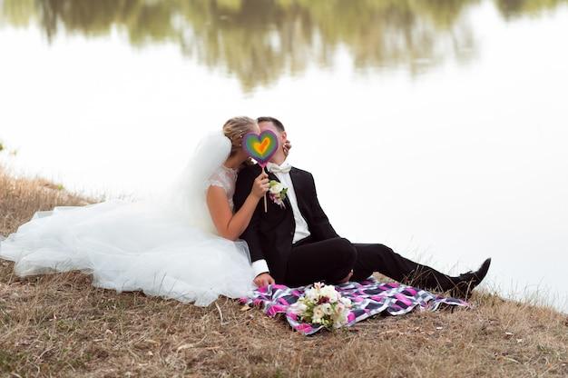 Bruid en bruidegom op de wandeling Gratis Foto