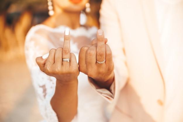 Bruid en bruidegom tonen hun ringen Gratis Foto