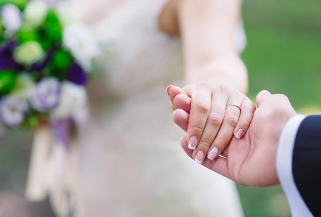 Bruid en bruidegomhanden, close-up. Premium Foto