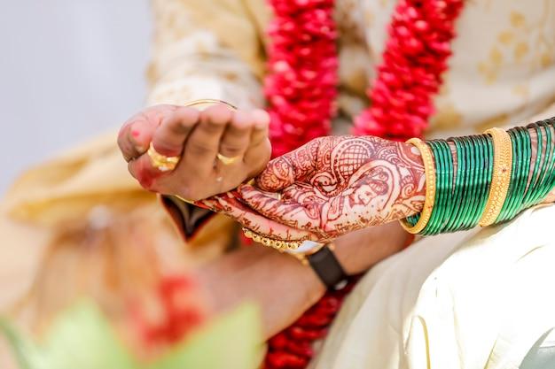 Bruid en bruidegomhanden, indisch huwelijk Premium Foto