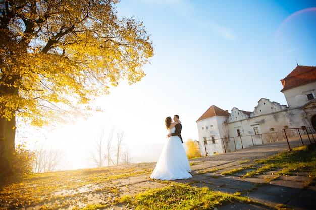 Bruid en bruidegomhuwelijksportretten in aard Premium Foto