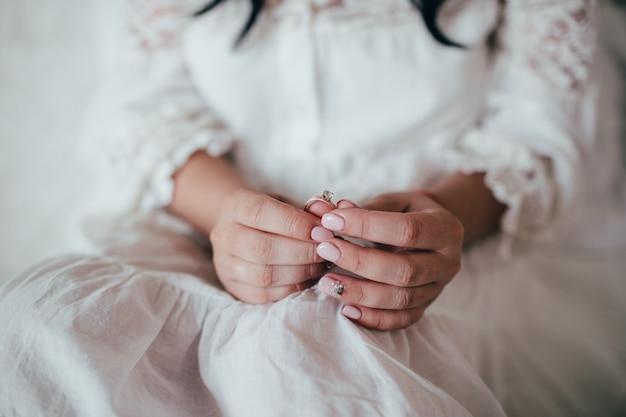Bruid houdt bruiloft diamanten ringen in de hand Premium Foto