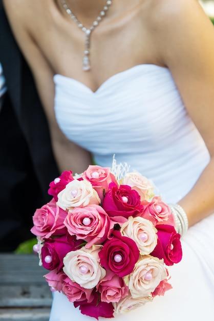 Bruid met boeket rozen Premium Foto