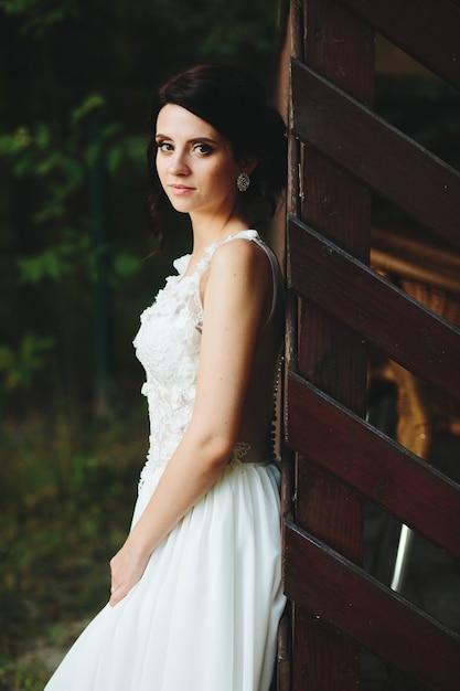 Bruid poseert voor de camera in het park Gratis Foto