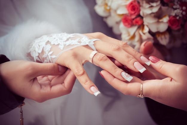 Bruid toont de trouwring aan vriendinnen Premium Foto